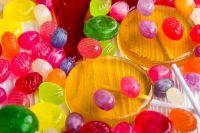 Карамель с яркими красителями в составе - не лучший выбор для детского подарка.
