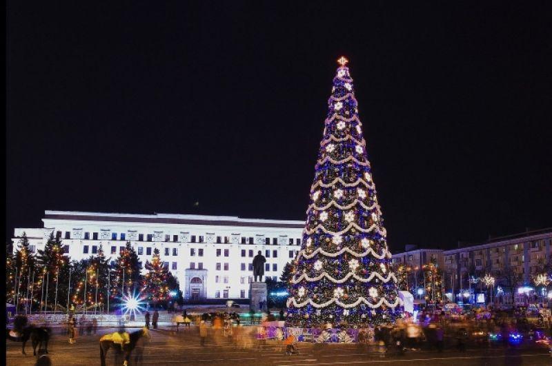 Если сравнивать все четыре елки, которые сейчас находятся на временно неподконтрольной территории, то луганская елка лидирует среди всех по количеству иллюминации.