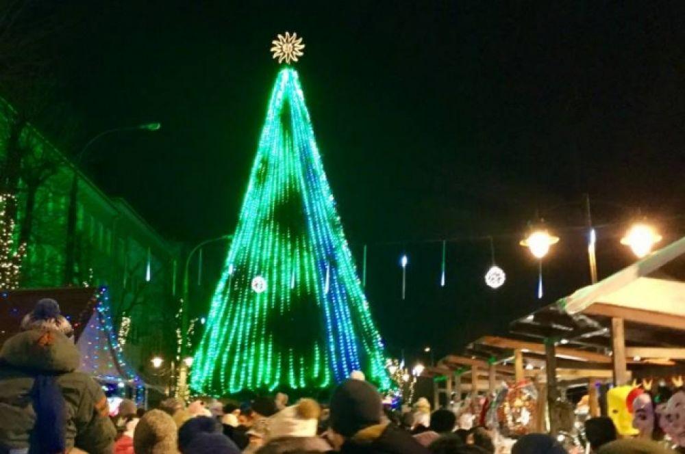 В Хмельницком елка также была довольно маленькой - всего 18 метров. На открытии был Святой Николай и местные творческие коллективы.