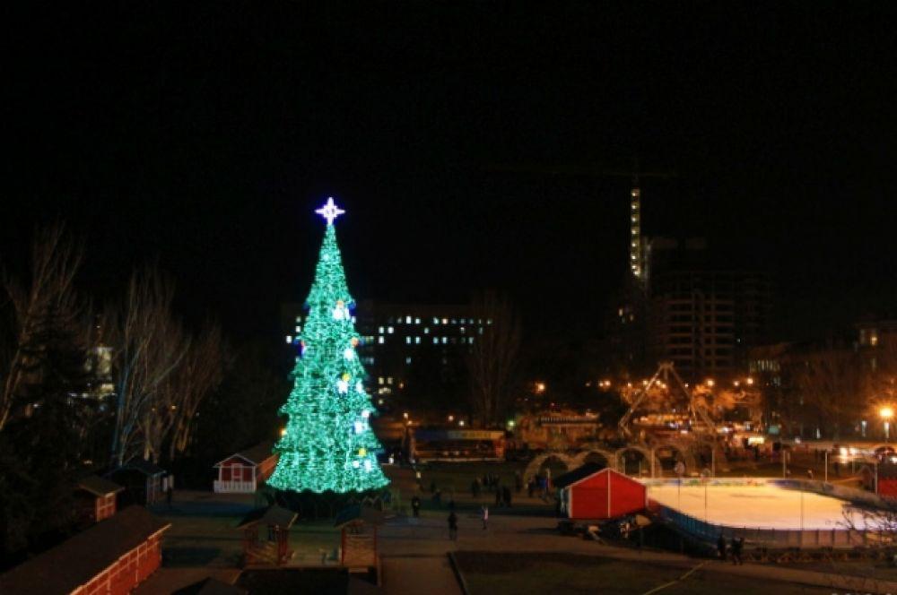 А вот новогодняя елка в Николаеве уже вызвала споры по части финансов. Так, согласно смете, это - самая дорогая елка Украины. Но вот сами жители города говорят, что ни дизайн, ни форма, ни сам праздник не соответствовал такому статусу. По словам жителей города, они елкой остались недовольны.