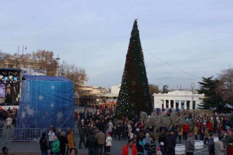 В Севастополе новогоднюю елку установили на площади Адмирала Нахимова, там же располагается и рождественский городок.