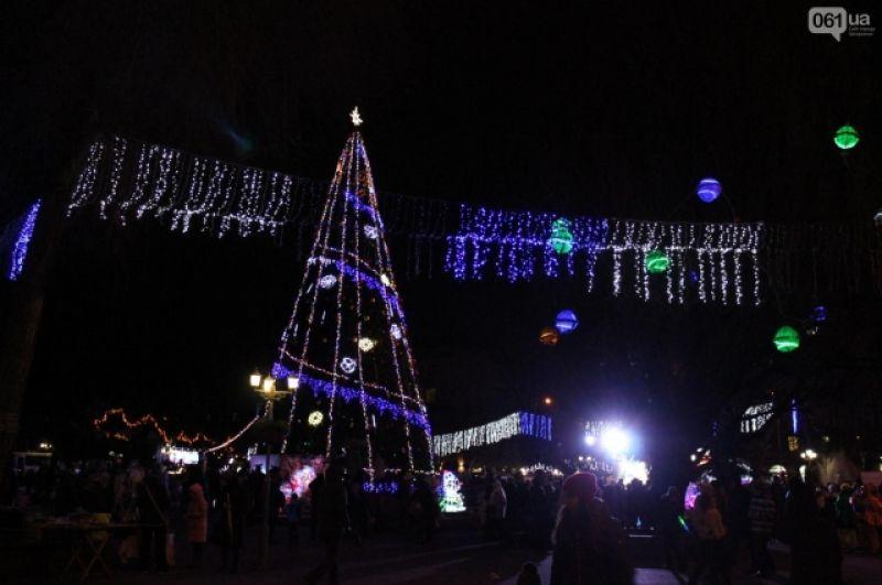 Запорожская елка особо не изменилась с прошлого года, разве что добавились огоньки. На главную красавицу Запорожья можно посмотреть на площади Маяковского.