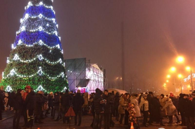 А вот и те самые новогодние елки, к которым добраться труднее всего. Это - елка в Донецке, которая в этом году также сопровождалась песнями и плясками. К слову, вокруг нее «символики» «ДНР» больше, чем новогодних украшений.