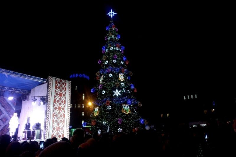 В Сумах елка также существенно обновила свои украшения, а само открытие сопровождалось масштабным концертом.