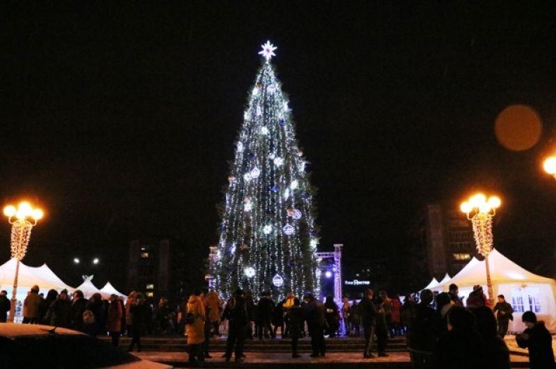 А вот на открытии елки в Черкассах дети получили подарки, а кроме танцев и песен были проведены викторины и конкурсы.