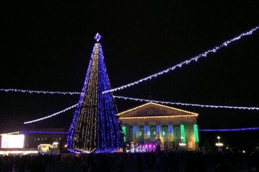 В Тернополе 19 декабря открылся новогодний городок, но, по информации в СМИ, сама елка зажжет огни только в четверг, 21 декабря.