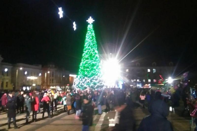 В Кропивницком новогодняя елка засияла очень яркой иллюминацией, в городе уже несколько дней работает ярмарка. Кстати, в Кропивницком елка самая маленькая в Украине - всего 14 метров.