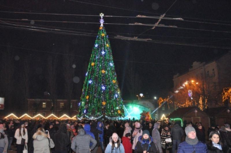 В Черновцах открытие новогодней елки также прошло по канонам. На праздничной сцене выступили чиновники и гости, а затем состоялся концерт и открытие рождественской ярмарки.