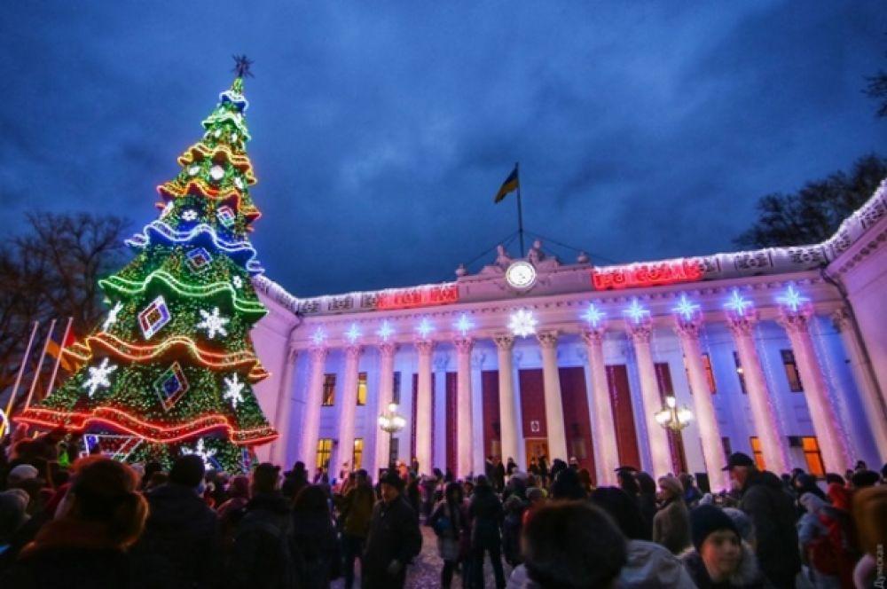 В Одессе елку открывал Святой Николай Чудотворец, а украшали символ Нового года почти 2 недели. Кстати, многие отмечают, что одесская елка - самая колоритная среди всех в Украине. А в рождественском городе выставили на обозрение 18-метровую вкусную инсталляцию - улочки Одессы, сделанные из пряников.