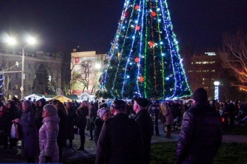 В Херсоне елку открыли на площади Свободы.