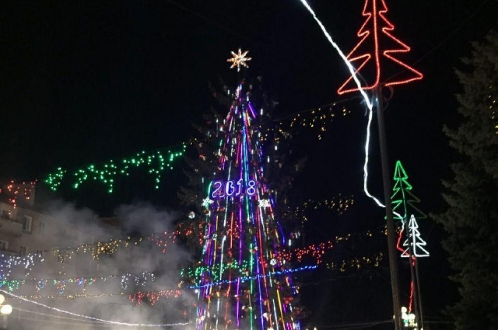 В Ровно елку открыли на центральной площади у городского совета. Вместе с елкой открылись также новогодний городок и ярмарка.