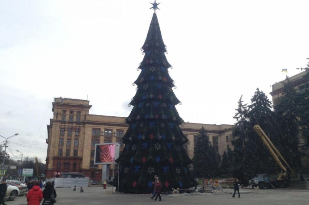 А вот в Днепре главную елку еще не открыли. Но уже собрали на центральной площади города. 19 декабря открылся Рождественский городок, а саму елку планируют достроить к 23 декабря.