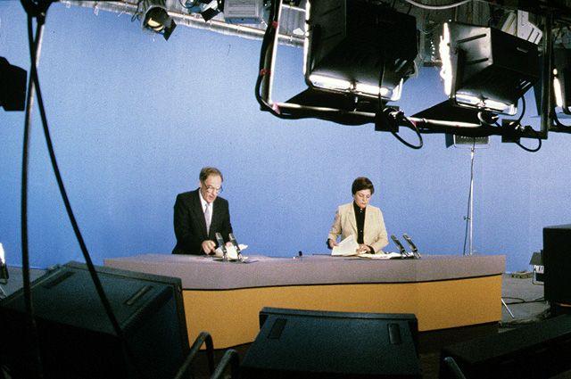 В студии телевизионной информационной программы «Время» ведущие Аза Лихитченко и Игорь Кириллов. 1986 г.