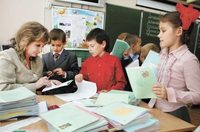 Чтобы получать достойную зарплату учителя работают на две ставки.