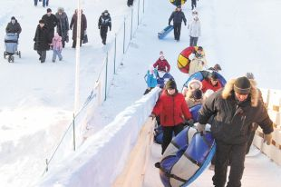 Любимая зимняя забава и детей, и взрослых - катание с горки.