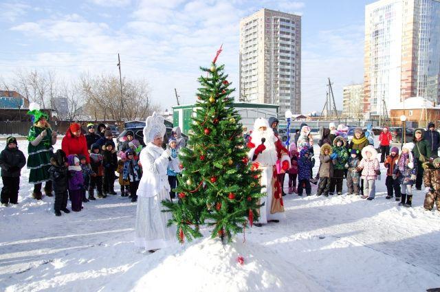 С наступающим Новым годом жителей жилого комплекса поздравили Дед Мороз и Снегурочка.
