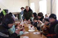 Каждый получает свою порцию горячего супа, второго блюда и чая.