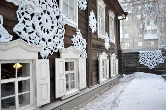 Дом легендарного художника, музей-усадьбу В.И. Сурикова, укутали в кружевной узор.