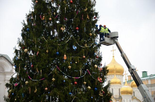 Курсанты Московского суворовского училища украсили главную елку РФ
