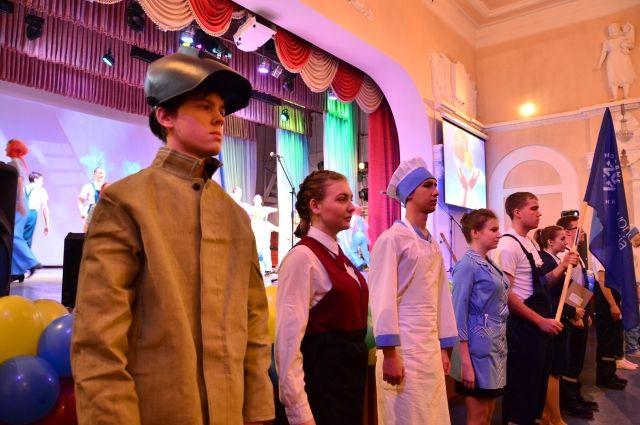 На церемонии открытия конкурса молодые профессионалы произнесли клятву.