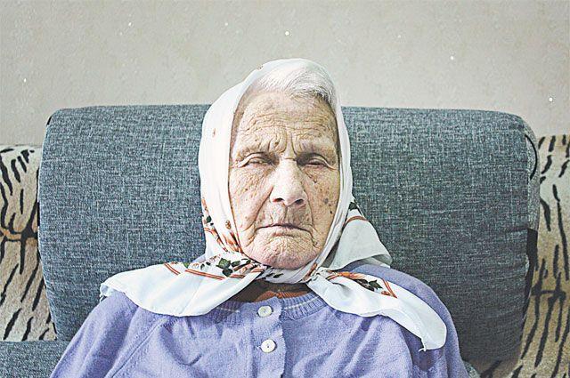 Сегодня долгожительница из-за катаракты почти перестала видеть.