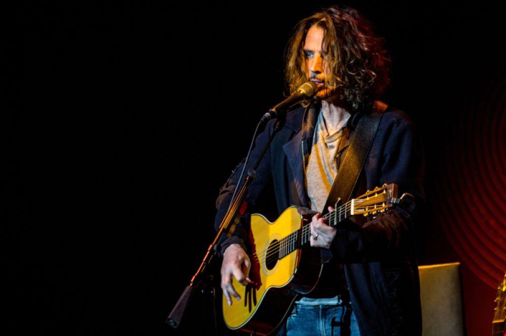 17 мая в возрасте 52 лет скончался американский гитарист, композитор, вокалист групп Soundgarden и Audioslave Крис Корнелл. Тело Корнелла без признаков жизни нашли в ванной в одном из отелей Детройта. Судмедэксперты подтвердили версию о самоубийстве музыканта.
