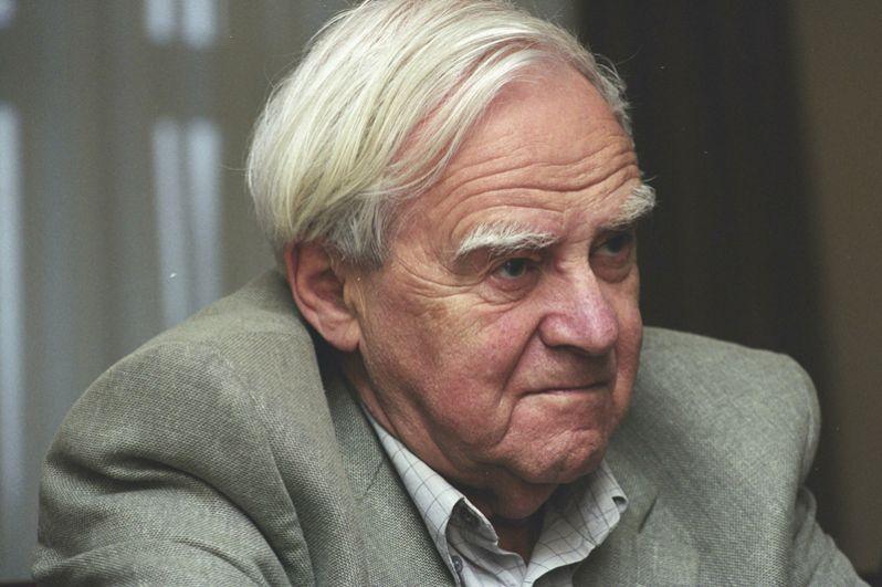 5 июля в Петербурге ушел из жизни Даниил Гранин. Писателю было 98 лет. Он прошел всю Великую Отечественную войну и написал «Блокадную книгу» — документальную хронику сложного периода жизни ленинградцев.