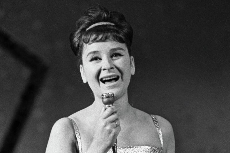 Популярная советская эстрадная певица Тамара Миансарова скончалась в Москве вечером 12 июля на 87-м году жизни. Наибольшую популярность певице принесло исполнение советских хитов «Пусть всегда будет солнце» и «Черный кот».