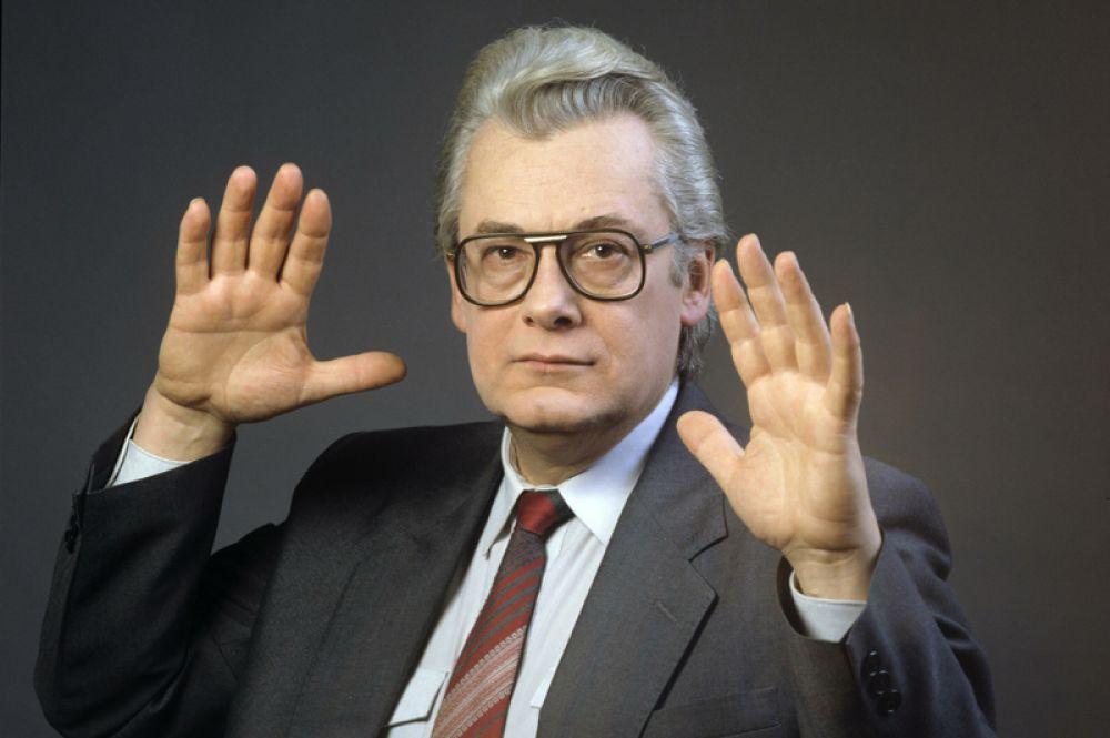 10 октября в Москве умер один из самых популярных телевизионных «целителей» конца 80-х начала 90-х годов Аллан Чумак. Ему было 82 года.