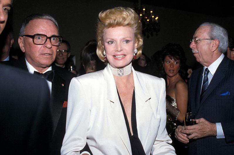 26 июля в Калифорнии в возрасте 90 лет скончалась Барбара Синатра, бывшая модель и супруга легендарного американского исполнителя Фрэнка Синатры.