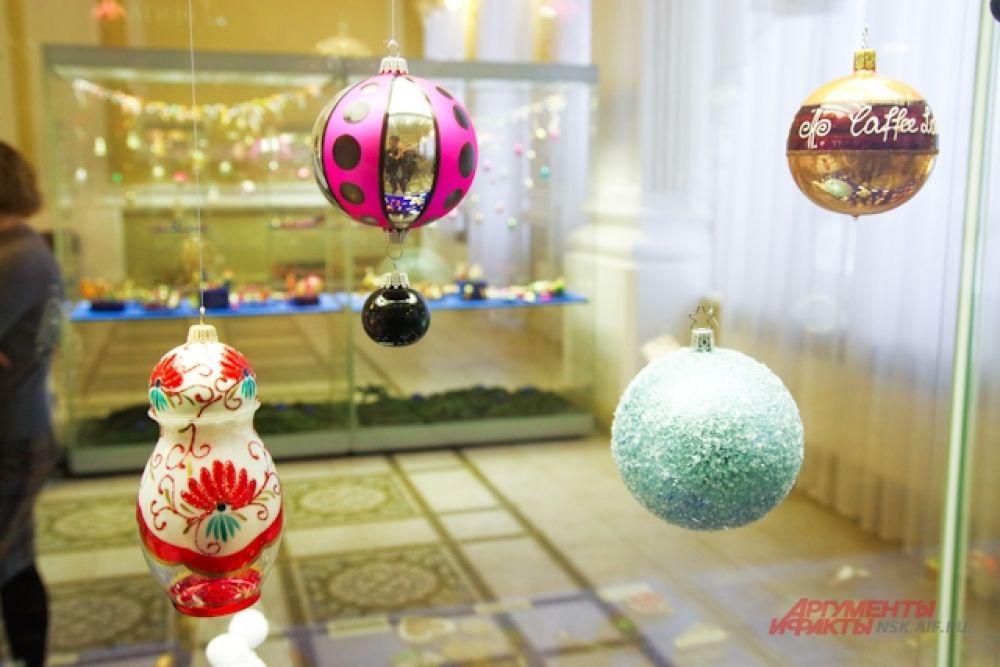 Подвесные украшения из стекла актуальны на все времена.