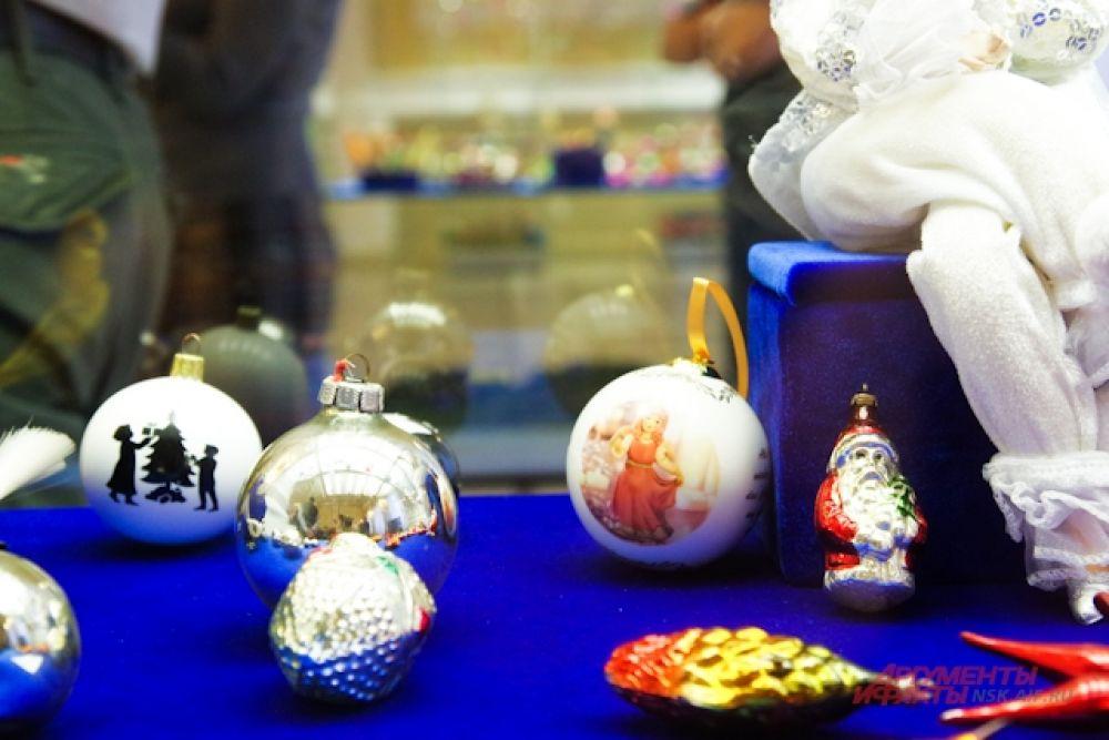 В экспозиции были представлены самые разнообразные игрушки на ёлку.
