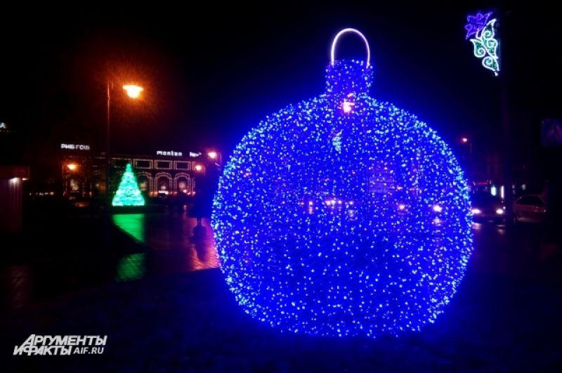 Рядом - огромный елочный шарик.