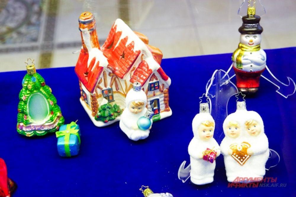 Особой популярностью у детей пользовались игрушки в виде домиков и кукол.