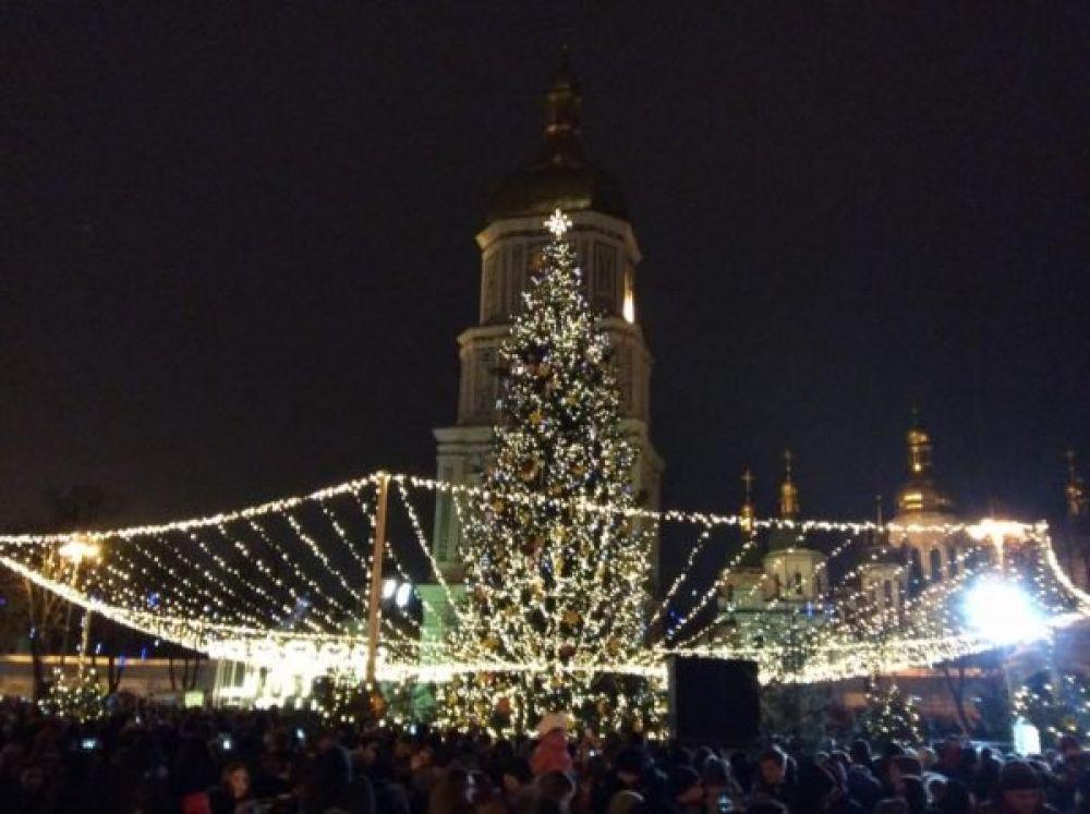 Прошлогодняя столичная елка на Софийской площади была украшена очень изящными огоньками.
