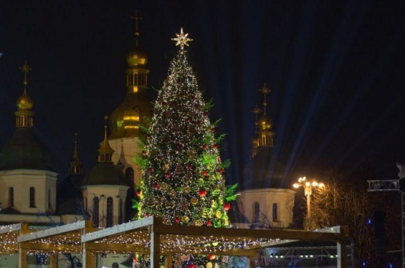 С такой главной новогодней елкой на Софийской площади в Киеве Украина встречала 2016.
