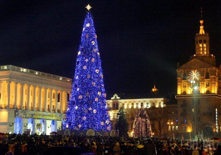 Новогоднюю елку в 2005 году решили украсить синими гирляндами, из-за которых плохо было видно саму елку.