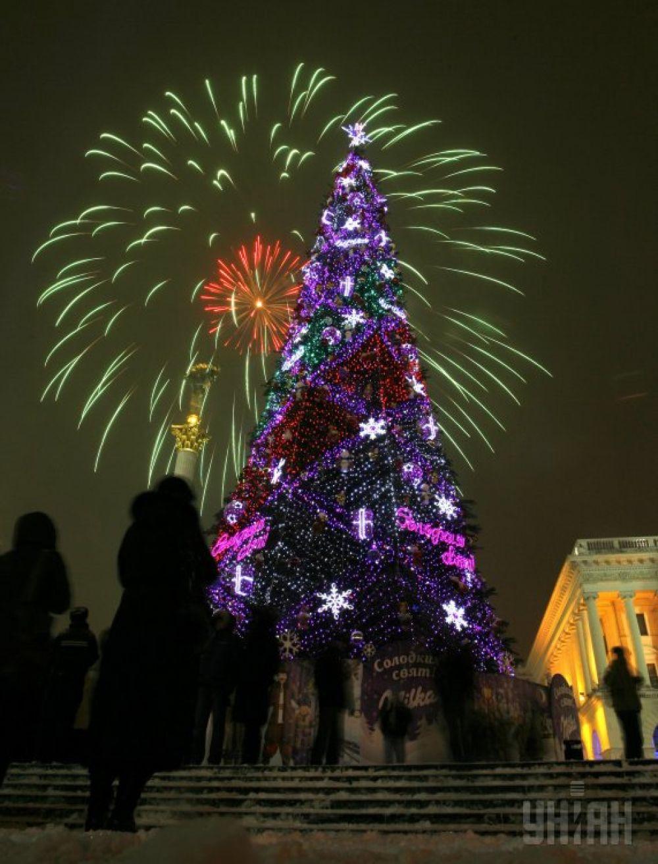 Праздничный салют над зажженной главной елкой Украины на Майдане в Киеве. С такой елкой страна встречала 2010-й