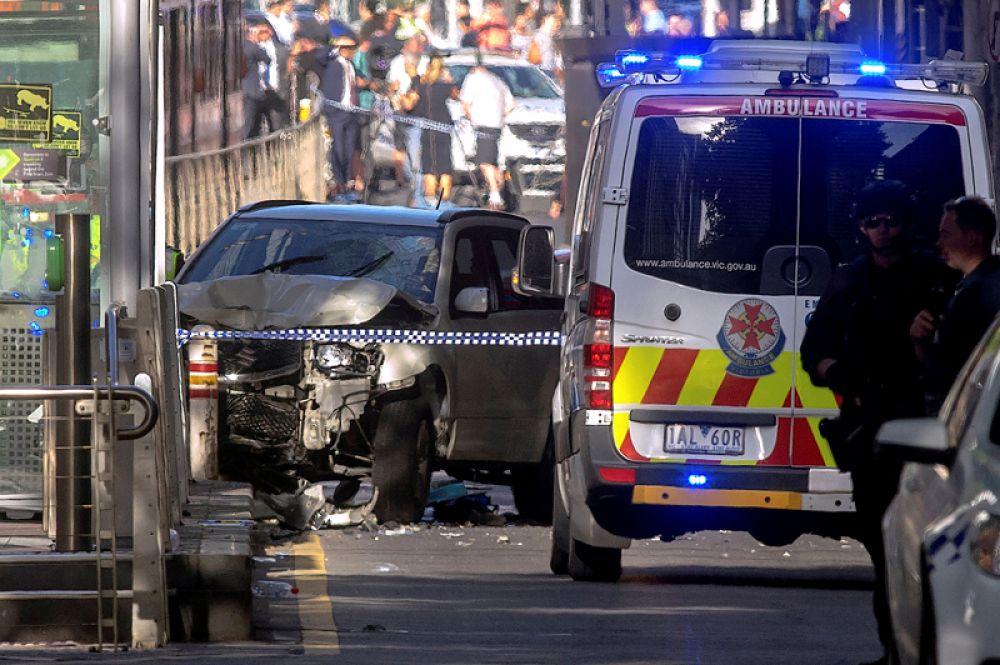 Автомобиль, наехавший на пешеходов в центре австралийского города Мельбурн. 21 декабря 2017 года.