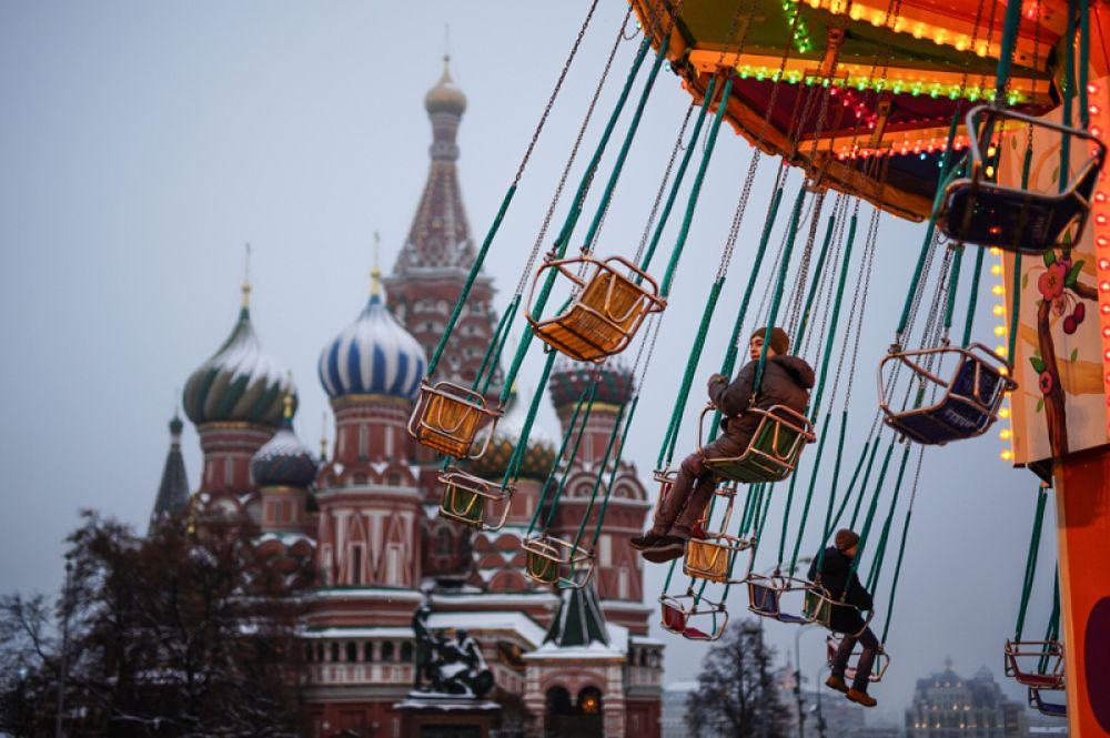 Дети катаются на карусели на Красной площади в Москве. 19 декабря 2017 года.