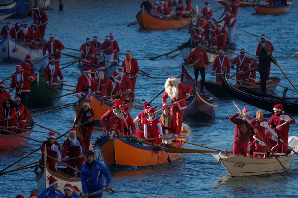 Рождественская регата в Венеции, Италия. 17 декабря 2017 года.