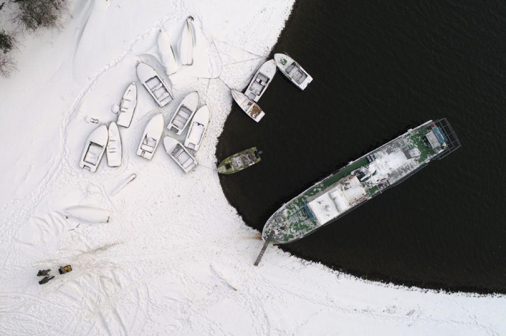 Лодки на берегу реки Енисей около Красноярска, Россия. 18 декабря 2017 года.