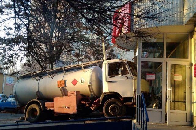 ВОдессе бензовоз протаранил 5 машин ивъехал вмагазин