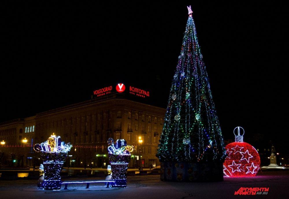 Новогоднее украшение площади Павших борцов.