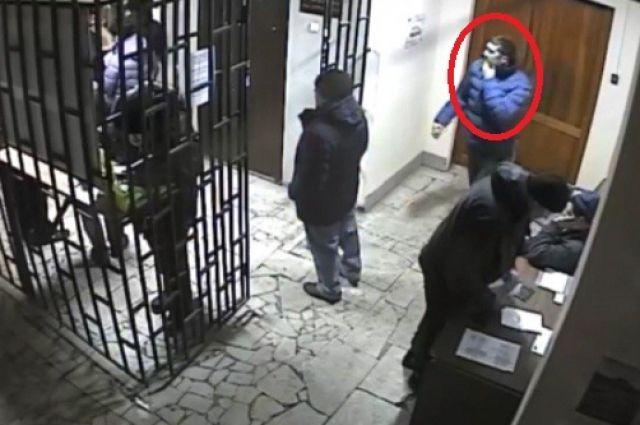 НаУрале за правонарушителя, напавшего сножом насудью, объявили вознаграждение