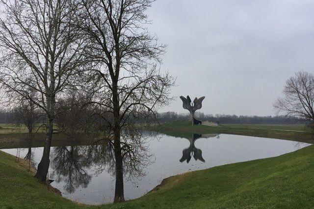 Каменный цветок - памятник узникам лагеря Ясеновац.
