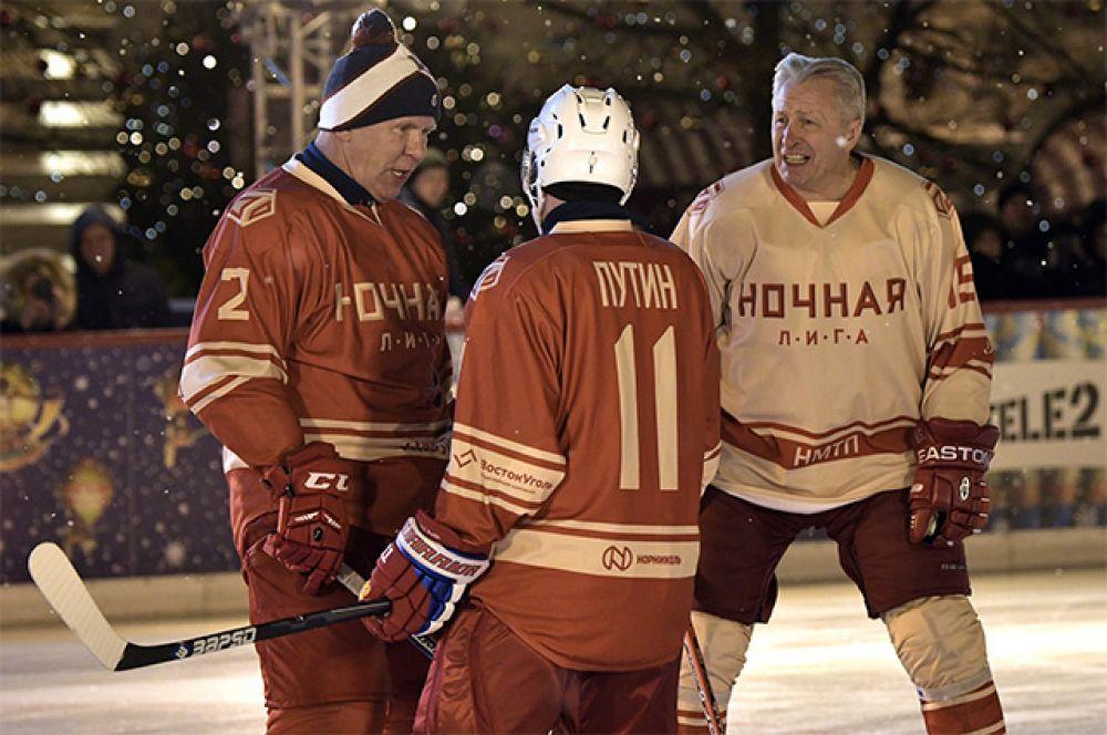 Владимир Путин и председатель Совета легенд НХЛ Александр Якушев (справа).