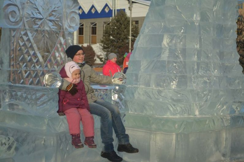 Дети и взрослые радостно делали фото возле скульптур
