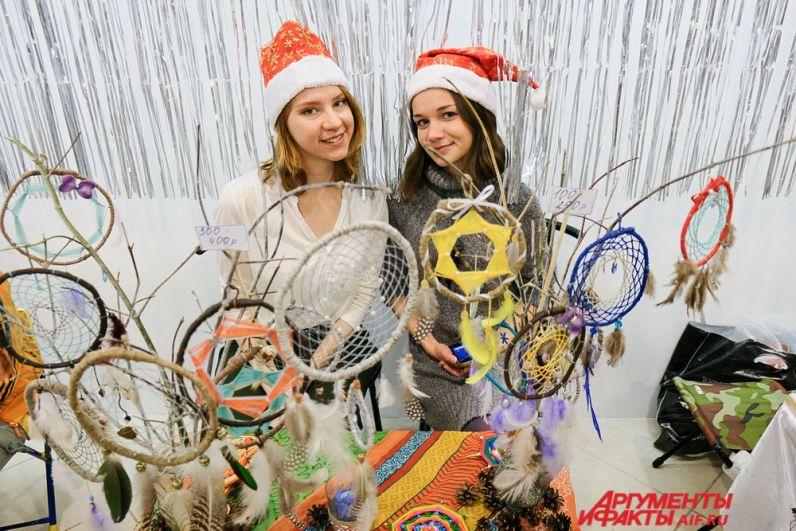 Во время благотворительного мероприятия можно было купить новогодние поделки.