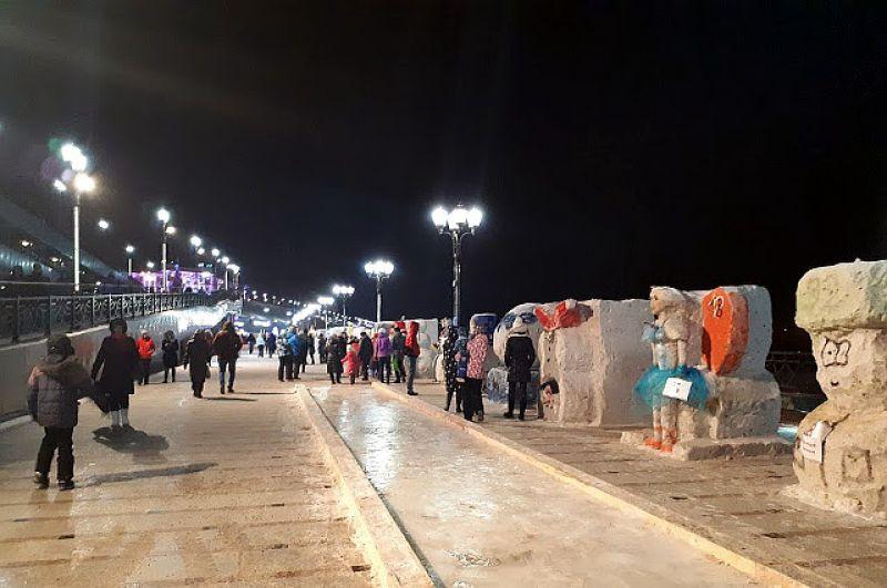 На набережной - снеговики и скульптуры из снега